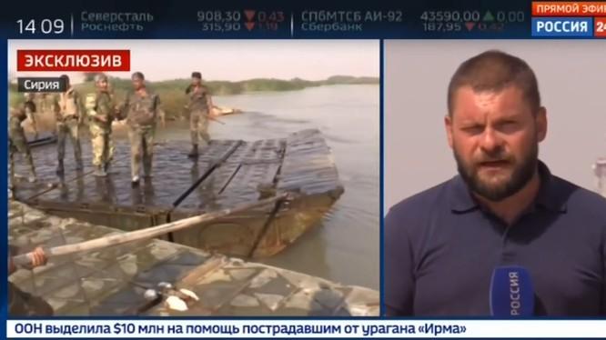 Lực lượng công binh Syria thực hiện bắc cầu phao vượt sông Euphrates
