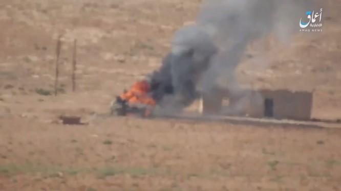Xe tăng Syria bị các tay súng khủng bố bắn cháy trên chiến trường Hama - Homs - ảnh video trang Amaq