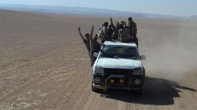 Một nhóm binh sĩ quân đội Syria cơ động trên sa mạc tỉnh Homs - ảnh minh họa Masdar News