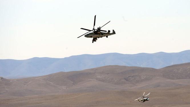 Một biên đội trực thăng tấn công Ka-52 Alligator trên chiến trường sa mạc tỉnh Homs - ảnh Sputnik