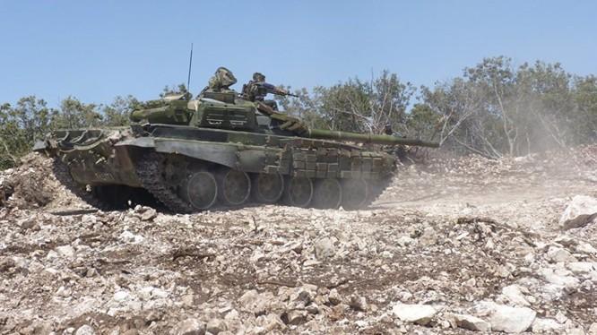 Xe tăng quân đội Syria phản công trên chiến trường Hama - ảnh Masdar News