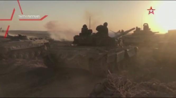 Lực lượng tăng - thiết giáp quân đội Syria tiến công về hướng tây bắc thành phố Deir Ezzor - ảnh minh họa video TVZvezda