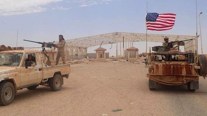 """Binh sĩ Mỹ và lực lượng """"nổi dậy ôn hòa"""" trong căn cứ thị trấn al-Tanf - ảnh Masdar News"""