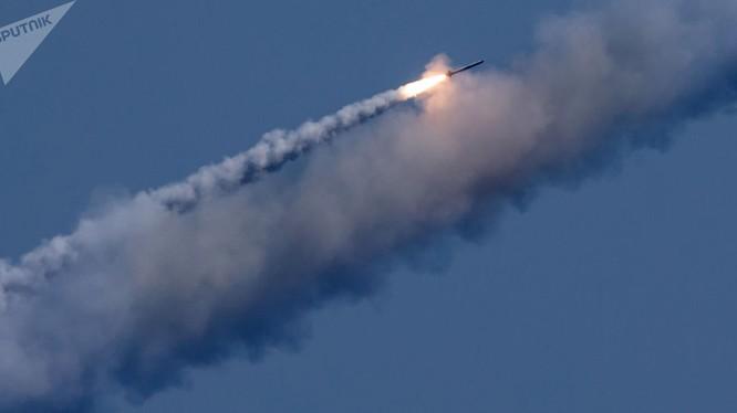 Kalibr tấn công từ tàu ngầm Nga - ảnh sputnik