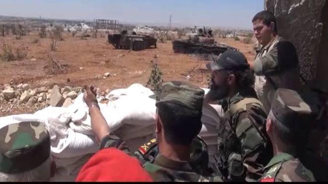 Các sĩ quan quân đội Syria trên vị trí quan sát tiền tiêu chiến trường trung tâm Homs, Hama - ảnh Masdar News