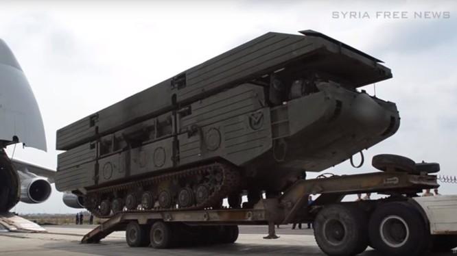 Nga đổ bộ phà tự hành PMM - 2M trên sân bay Hmeymim - Latakia - ảnh video Syrian Free News