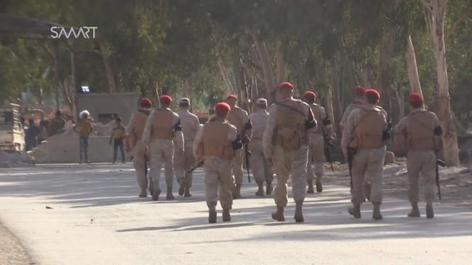 Một đơn vị quân cảnh Nga bảo vệ trạm đàm phán trong vòng vây Rastan tỉnh Homs - ảnh video SMART