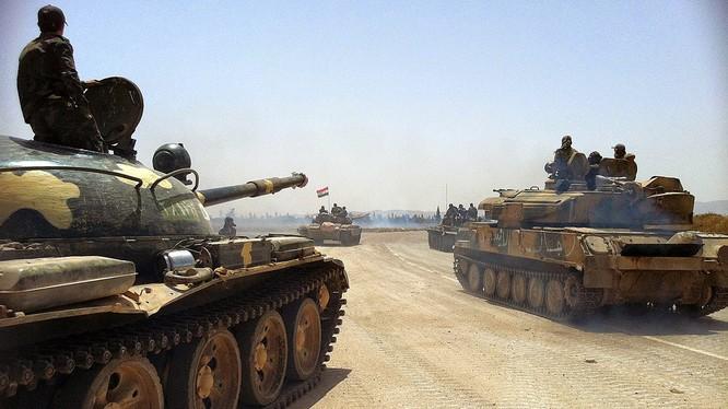 Xe tăng quân đội Syria tiến công trên chiến trường - ảnh minh họa của Masdar News