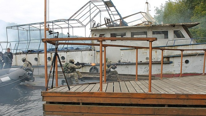 Đặc nhiệm người nhái Nga giải cứu con tin trên sông - ảnh bloger orion4.livejournal.com