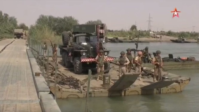 Quân đội Nga lắp đặt cầu vượt cho quân đội Syria vượt sông Euphrates