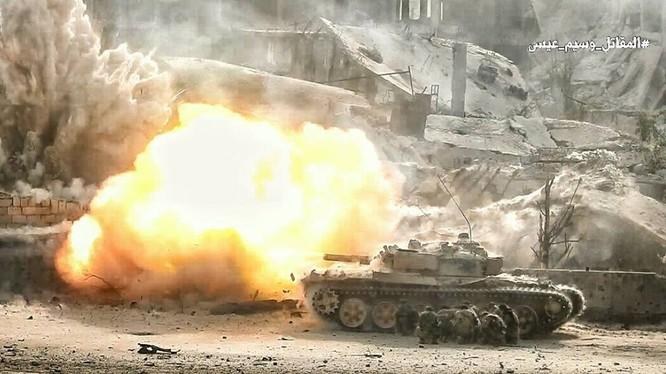 Xe tăng quân đội Syria nã đạn vào chiến tuyến của phiến quân ở Ayn - Tarma - ảnh truyền thông quân đội Syria