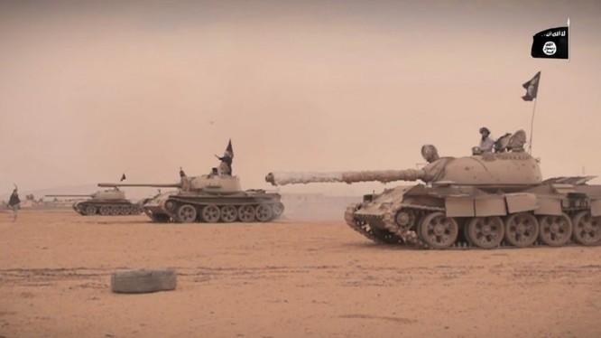 Xe tăng của IS tiến công trên chiến trường sa mạc tỉnh Homs - Deir Ezzor - ảnh minh họa Masdar News