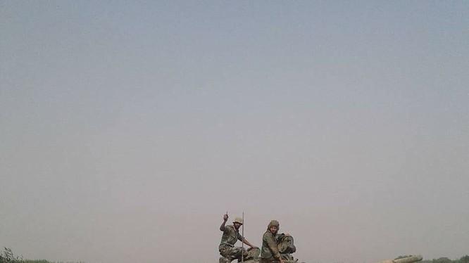 Tăng thiết giáp quân đội Syria vượt sông Euphrates - ảnh South Front