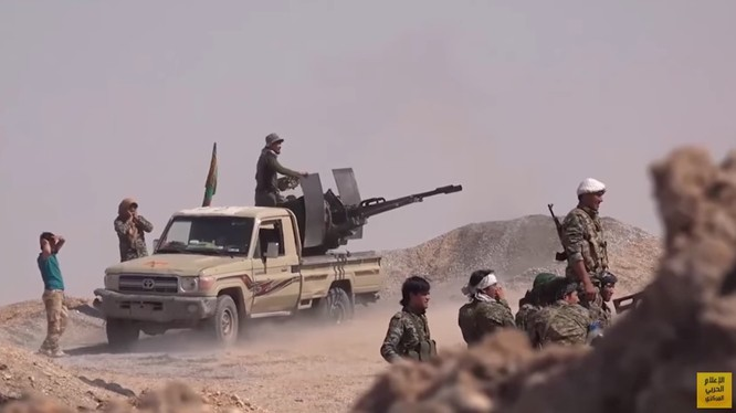 Binh sĩ quân đội Syria đánh trả cuộc tấn công của IS trên chiến trường Deir Ezzor