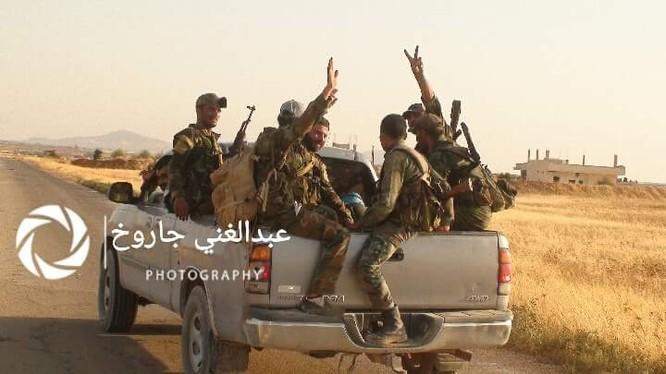 Binh sĩ Syria trên đường tiến công dọc theo hướng biên giới với Jordan - ảnh Muraselon
