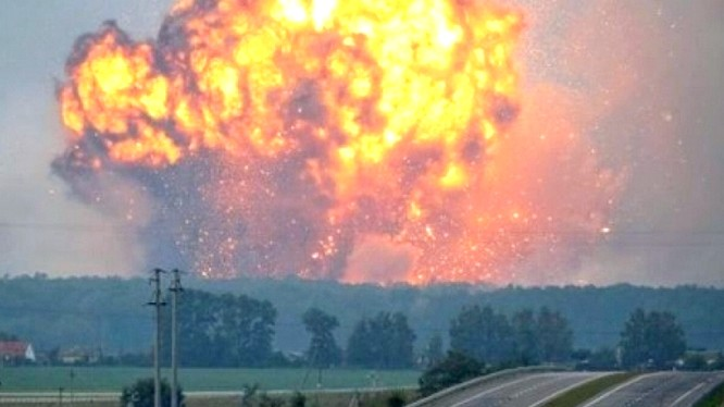 Vụ nổ trong kho vũ khí của Ukraina - ảnh video