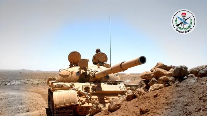 Xe tăng quân đội Syria chiến đấu trên vùng sa mạc tỉnh Homs - ảnh minh họa Masdar News