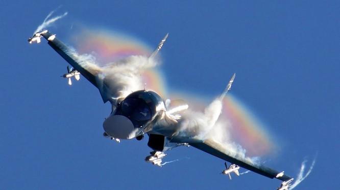 Máy bay ném bom chiến thuật Su-34 tiêu diệt mục tiêu - ảnh Bộ quốc phòng Nga