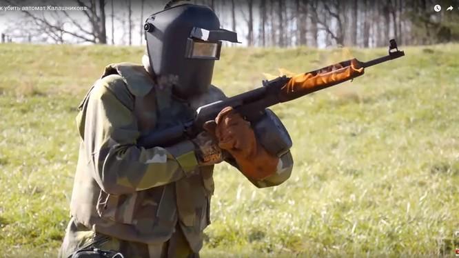 Súng tiểu liên AK cháy đỏ trong thử nghiệm - vẫn tiếp tục nhả đạn - ảnh video