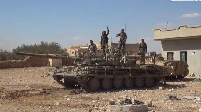 Quân đội Syria cùng xe tăng, thiết giáp trên vùng sa mạc tỉnh Hama - ảnh Muraselon