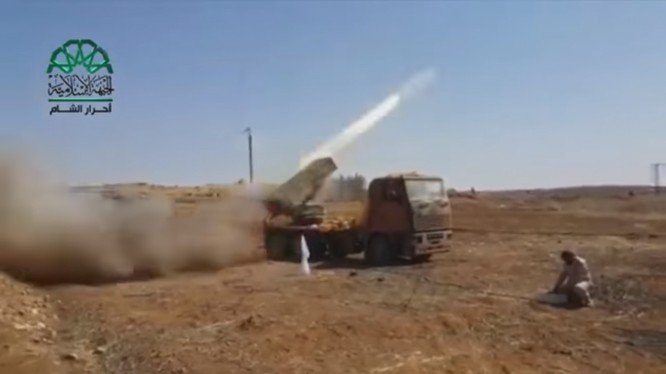 Nhóm phiến quân Ahrar Al-Sham pháo kích dữ dội sân bay quân sự Hama - ảnh video