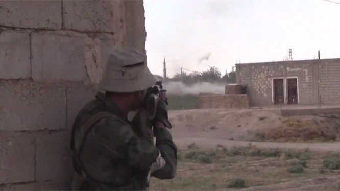 Binh sĩ quân đội Syria chiến đấu trong ngôi làng Hatla al-Sharqiyah - ảnh video Ruply