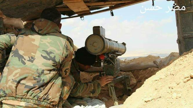 Binh sĩ quân đội Syria triển khai bao vây khống chế hỏa lực thành phố al-Qaryatayn - ảnh South Front