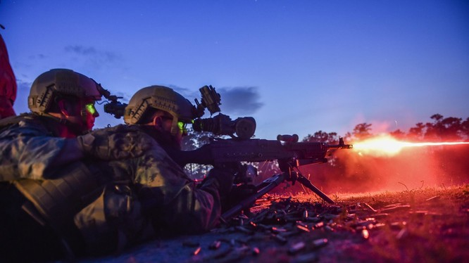 Lính thủy đánh bộ Mỹ sử dụng súng máy M249 với kính ngắm hồng ngoại - ảnh U.S. Marine Corps