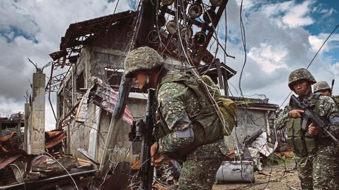 Binh sĩ Philippines trong cuộc chiến thành phố Marawi - ảnh New Straits Times