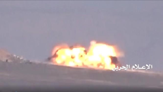 Lực lượng Houthi sử dụng tên lửa chống tăng phá hủy xe tăng của Ả rập Xê út - ảnh video truyền thông Houthi