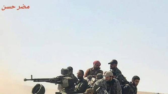 Xe tăng quân đội Syria trên chiến trường vùng sa mạc tỉnh Hama - ảnh Masdar News
