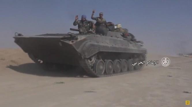 Xe thiết giáp quân đội Syria tiến công trên bờ đông sông Euphrates - ảnh video truyền thông quân đội Syria