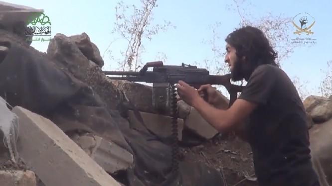 Một chiến binh thánh chiến thuộc tổ chức Ahrar Al-Sham, nhóm thánh chiến lớn thứ 2 sau FSA tấn công trên địa phận tỉnh Homs - ảnh video đối lập