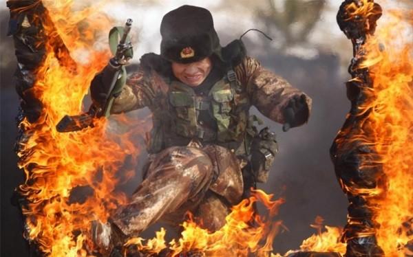 Binh sĩ Trung Quốc huấn luyện vượt chướng ngại vật lửa - ảnh Al Arabiya
