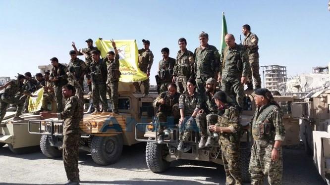 Binh sĩ lực lượng SDF, chủ công là các đơn vị bảo vệ nhân dân YPG và YPJ ăn mừng chiến thắng Raqqa - ảnh minh họa South Front
