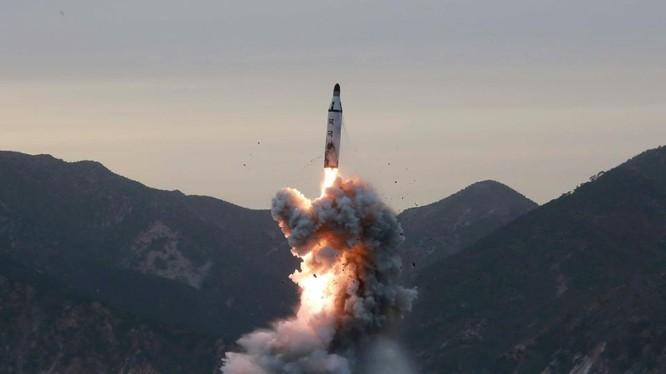 Bắc Triều Tiên phóng tên lửa thử nghiệm từ tàu ngầm - ảnh DongA Ilbo