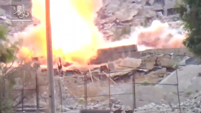 Một chiếc xe tăng của quân đội Syria trúng đạn chống tăng của phiến quân - ảnh minh họa video