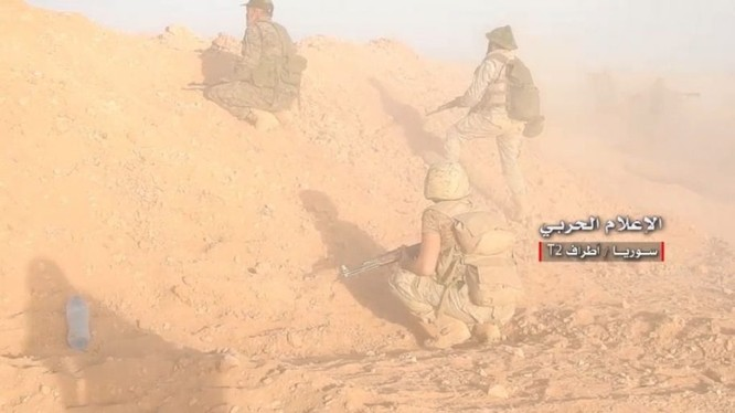 Binh sĩ quân đội Syria, tiến công trên hướng căn cứ quân sự T-2. Ảnh video truyền thông Hezbollah