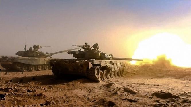 Xe tăng quân đội Syria trên chiến trường sa mạc Deir Ezzor - ảnh minh họa South Front