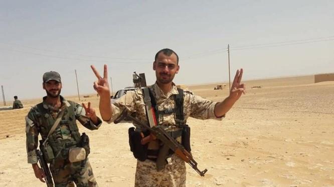 Quân đội Syria mừng chiến thắng Trạm bơm T-2 trên sa mạc Deir Ezzor - ảnh minh họa Masdar News