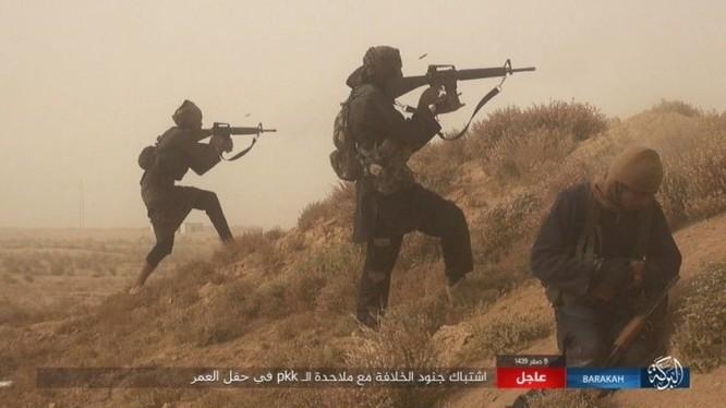 Các tay súng khủng bố IS tấn công khu mỏ dầu Omar - ảnh trang Amaq của Nhà nước Hồi giáo