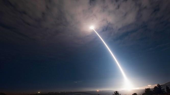 Vụ phóng tên lửa ICBM xuyên lục địa của Mỹ cảnh báo Bắc Triều Tiên - ảnh AP