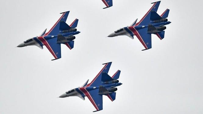 Máy bay Su-30SM trong đội bay biểu diễn Tráng sĩ Nga - ảnh Sputnik