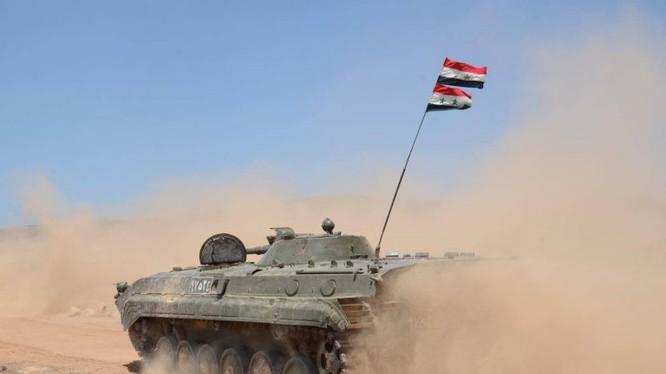 Xe thiết giáp BMP-1 quân đội Syria tiến công trên chiến trường Hama - ảnh minh họa Masdar News