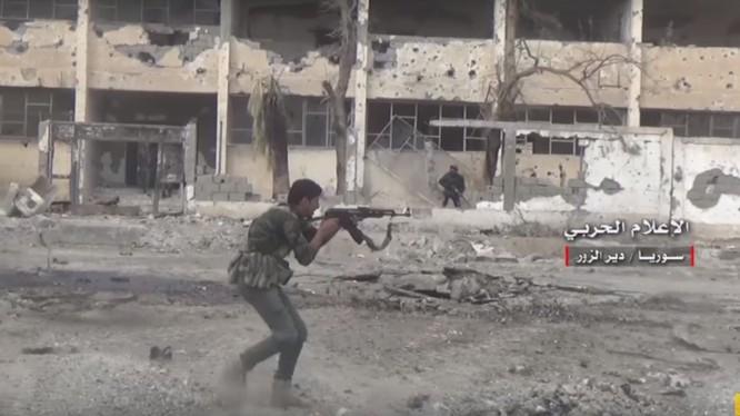 Binh sĩ quân đội Syria giao chiến ác liệt với IS trên đường phố Deir Ezzor - ảnh minh họa video Masdar News