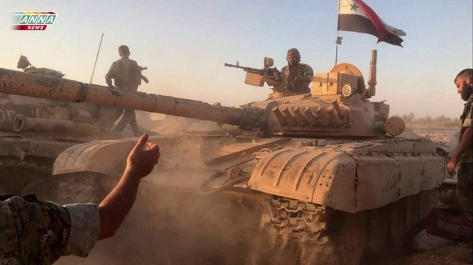 Một đơn vị tăng thiết giáp quân đội Syria tiến công trên vùng sa mạc tỉnh Deir Ezzor về phía thị trấn Al - Bukamal - ảnh minh họa video Hezbollah