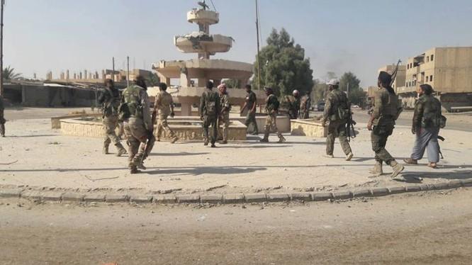 Binh sĩ quân đội Syria trong thành phố Deir Ezzor vừa giải phóng, ảnh minh họa Masdar News