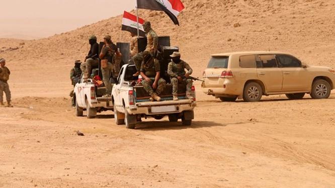 Quân đội Iraq tiến công IS trên vùng sa mạc thuộc tỉnh Anbar - ảnh Masdar News