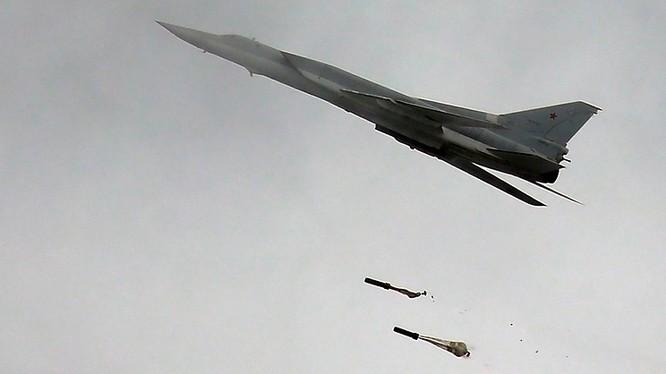 Máy bay ném bom chiến lược tầm xa Tu-22M3 không kích ở Syria, ảnh minh họa Masdar News