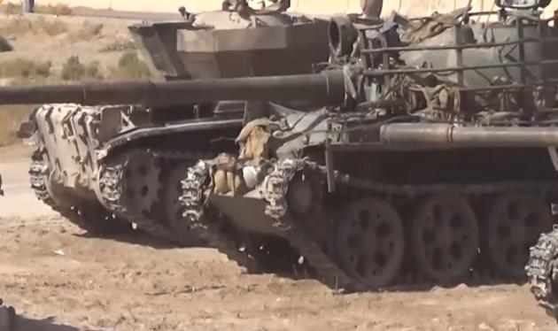 Xe tăng của IS bị quân đội Syria thu chiến lợi phẩm - ảnh video Sputnik